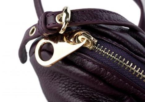 Маленькая сумочка Piccola фиолетового цвета на ремешке через плечо.